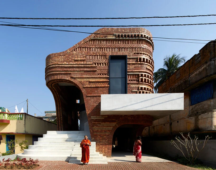 تلفیقی از چیدمان آجر و سرامیک در اجرای پروژه gallery house هند توسط استودیو معماری abin
