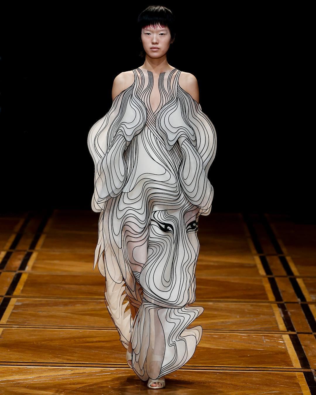 لباس های سه بعدی آنامورفیک از IRIS VAN HERPEN